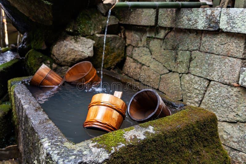 O close-up em cubetas de madeira em uma fonte de Nigatsu-faz o templo de Nigatsudo, parte de Todai-Ji em Nara, Japão imagem de stock royalty free