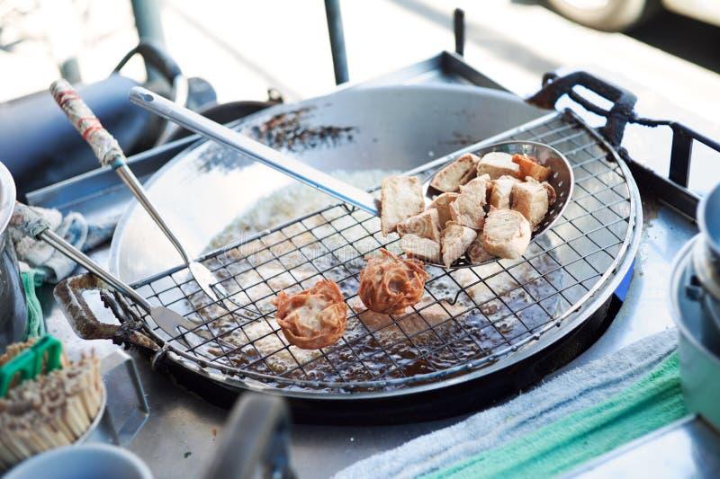 O close up fritou o taro e o tofu no óleo fervido com bandeja e as ferramentas de aço Alimento e festival do vegetariano fotografia de stock royalty free