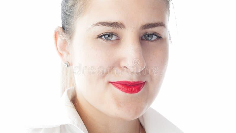 O close up isolou o retrato da jovem mulher bonita com batom vermelho e a camisa branca imagem de stock