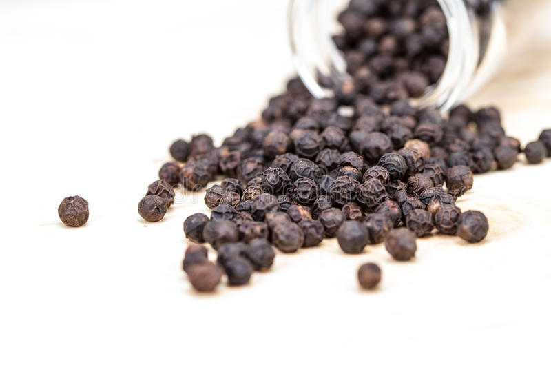 O close up secou a pimenta preta no fundo branco, foco seletivo imagens de stock royalty free