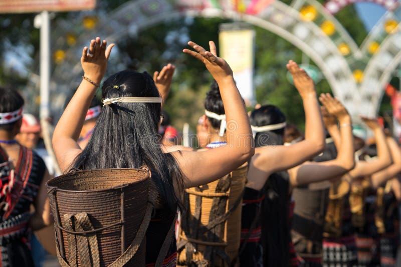 O close up vietnamiano dos povos da minoria étnica veste os trajes tradicionais que executam uma dança tradicional em um evento o imagens de stock royalty free