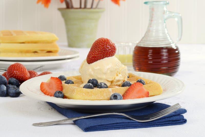 O close up waffles com mirtilos das morangos e gelado fotos de stock royalty free