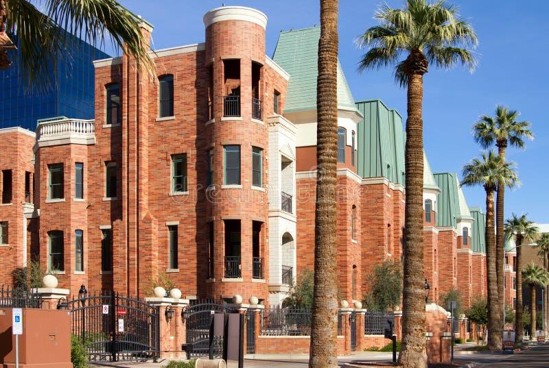 O cobre telhou townhomes modernos do condomínio do tijolo