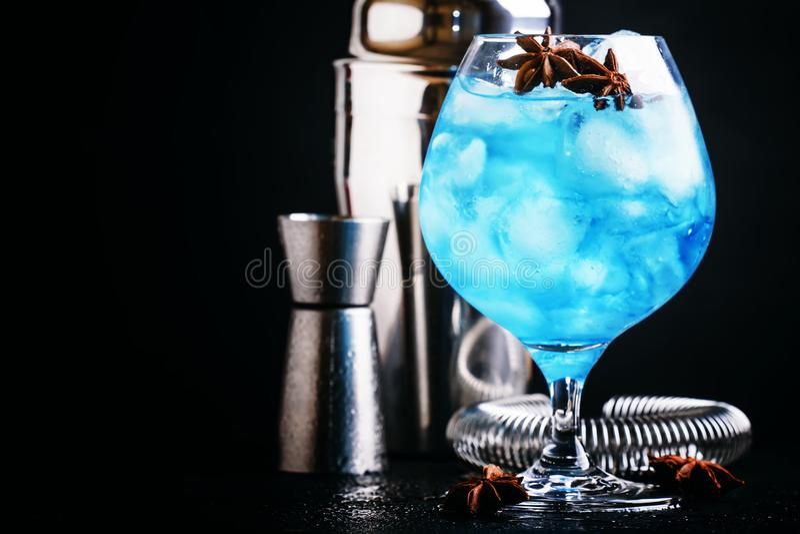 O cocktail alcoólico com sambuca, licor, suco de limão, esmagou i foto de stock