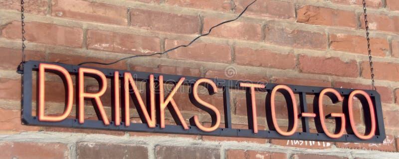 O cocktail bebe para ir o sinal de néon imagem de stock