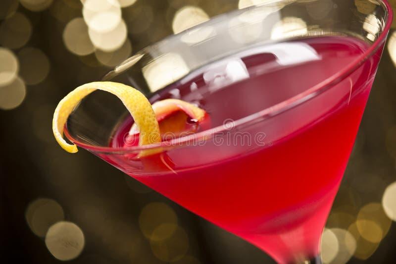 O cocktail cosmopolita com limão decora foto de stock