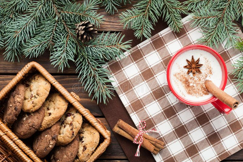 O cocktail da gemada na caneca arranjou com decoração do Natal e c foto de stock