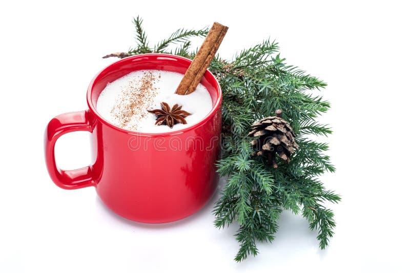 O cocktail da gemada na caneca vermelha arranjada com decoração do Natal é imagem de stock royalty free