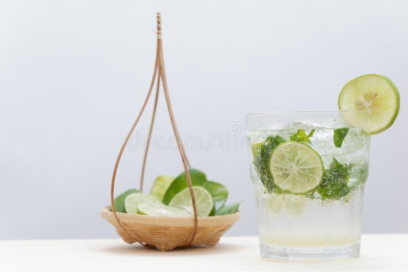 O cocktail de Mojito na barra e no verão da associação bebe o fundo foto de stock royalty free