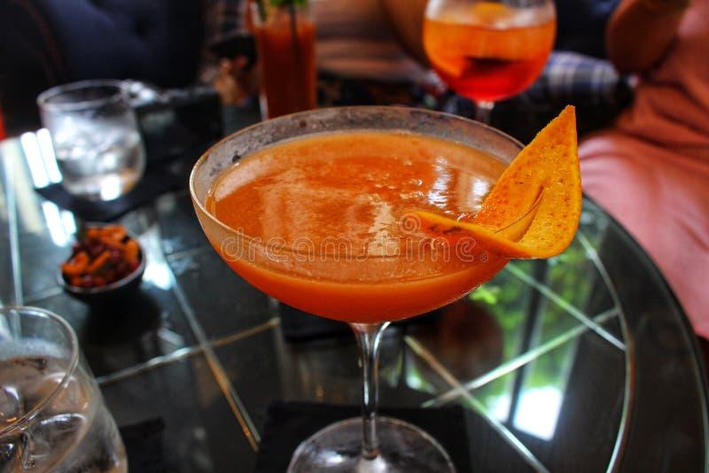 O cocktail icônico do clube de Pegu de Burma colonial recreou fielmente em apressar-se Yangon imagens de stock