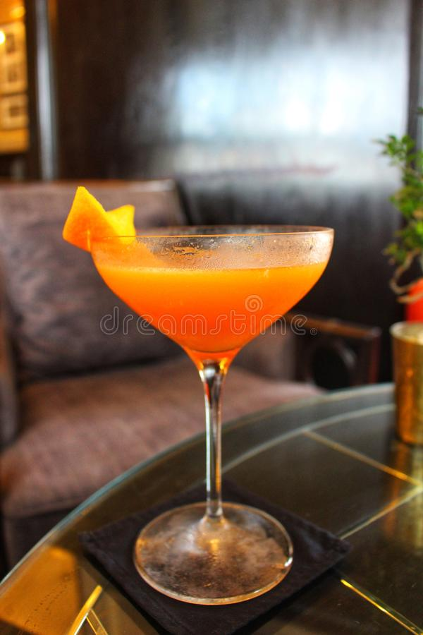 O cocktail icônico do clube de Pegu de Burma colonial recreou fielmente em apressar-se Yangon foto de stock royalty free