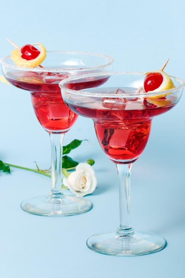 O cocktail vermelho e o branco da nuvem levantaram-se imagens de stock royalty free