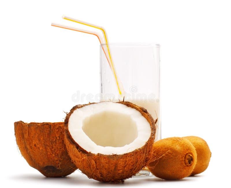 O coco, o quivi e o vidro com Cocos ordenham imagem de stock