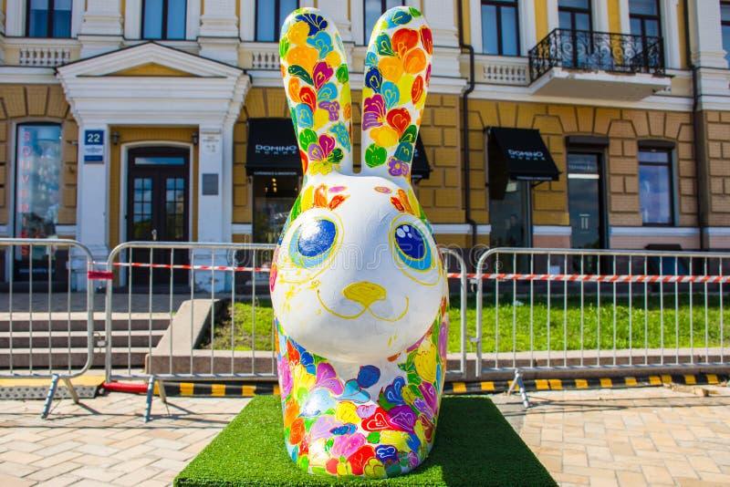 O coelho branco colorido de easter revestiu tinta-manchado, com a opinião dianteira das orelhas grandes Decoração bonita da arte  imagem de stock royalty free