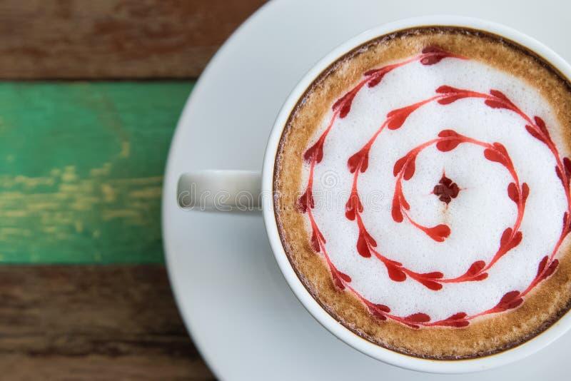 O coffe do Latte em um copo branco com coração deu forma à espuma imagem de stock royalty free