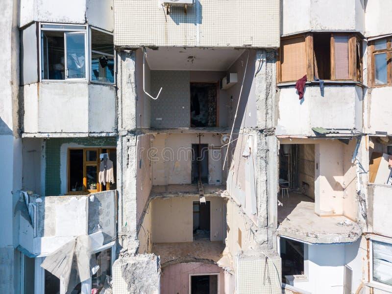 O colapso do prédio soviético do painel do estilo destruído pela explosão de um tanque de gás no centro de Chisinau, Moldova imagem de stock