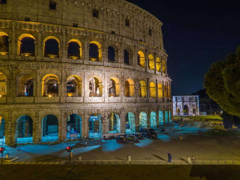 O Colosseum em a noite fotos de stock