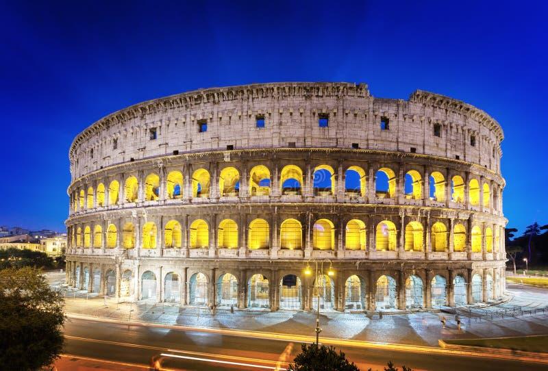 O Colosseum na noite, Roma imagens de stock royalty free