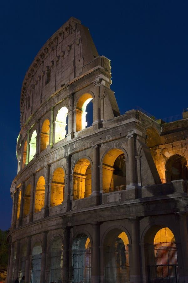 O Colosseum ou o Roman Coliseum no crepúsculo, originalmente Flavian Amphitheatre, um anfiteatro elíptico no centro da cidade fotos de stock royalty free