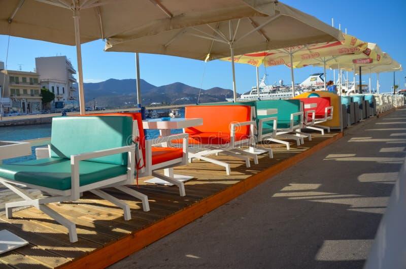 O começo da estação de turista Os proprietários dos restaurantes preparam os interiores de seus estabelecimentos no ar livre imagens de stock