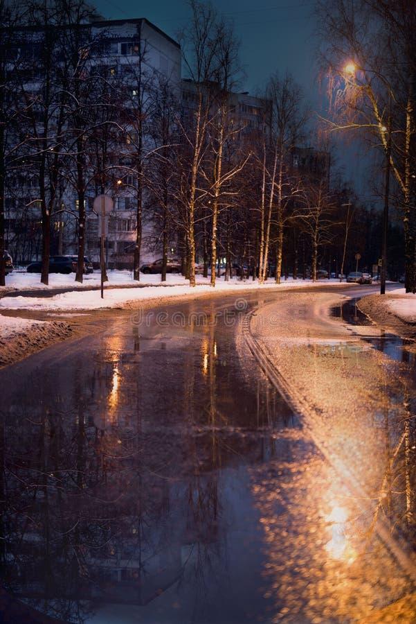 O começo do inverno na cidade imagens de stock royalty free