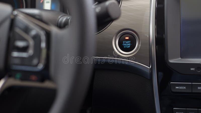 O começo, para o botão do motor Interior moderno do carro Conjunto luxuoso do instrumento do carro fotos de stock