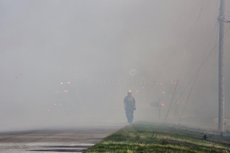 O comedor de fumo emerge do fogo imagens de stock royalty free