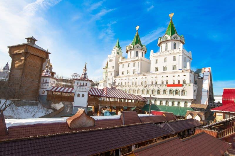 O complexo do Kremlin de Izmailovsky modelado após Rússia velha durante o meio-dia, feira da ladra local convida vai comprar fotos de stock royalty free