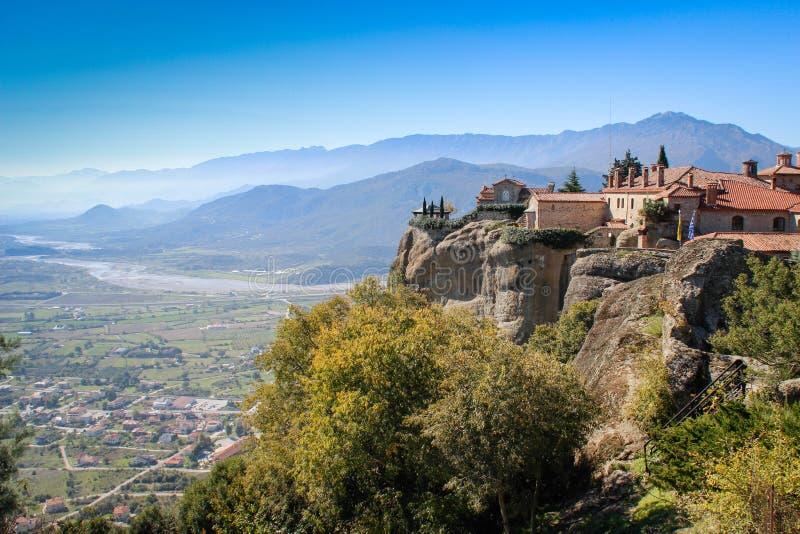 O complexo rochoso de Christian Orthodox do templo de Meteora é uma das atrações principais do norte de Grécia fotografia de stock royalty free