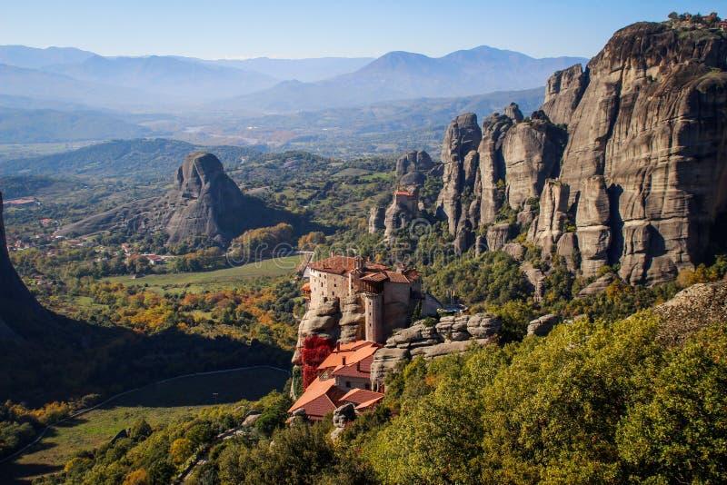 O complexo rochoso de Christian Orthodox do templo de Meteora é uma das atrações principais do norte de Grécia imagens de stock