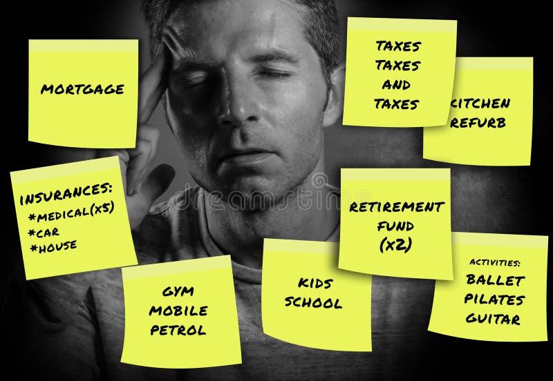 O composto das despesas e das contas dos pagamentos mensais escritas em notas de post-it amarelas com o homem forçado e preocupad fotografia de stock royalty free