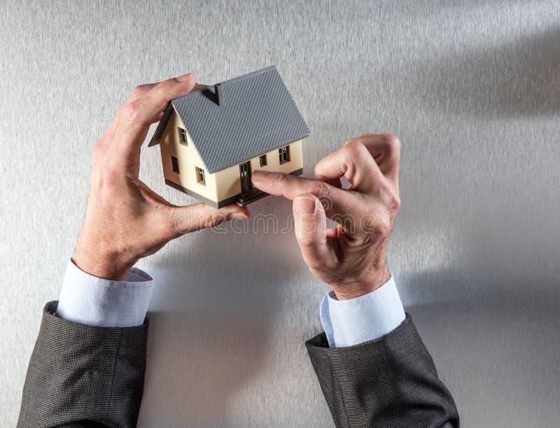 O comprador de casa novo entrega mostrar a entrada da porta para a segurança foto de stock royalty free