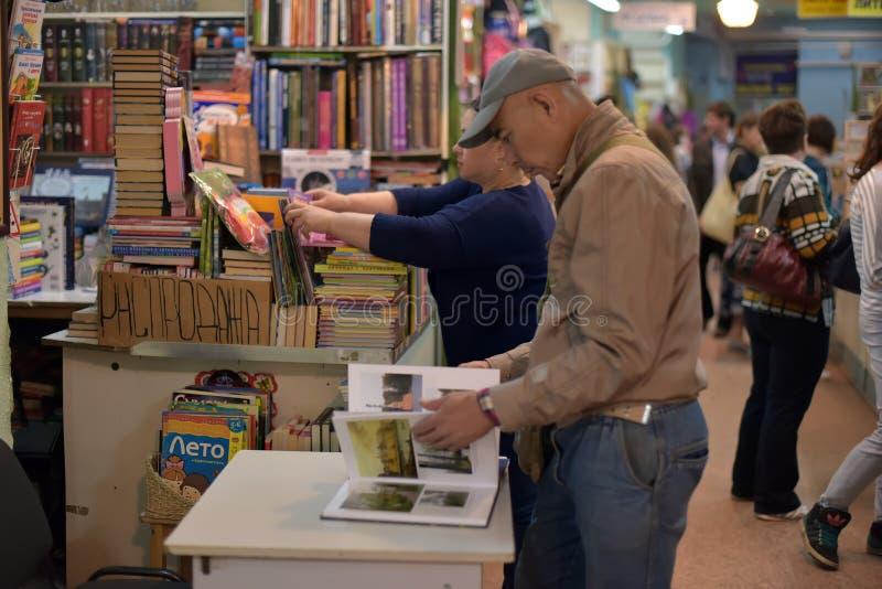 O comprador na feira de livro foto de stock