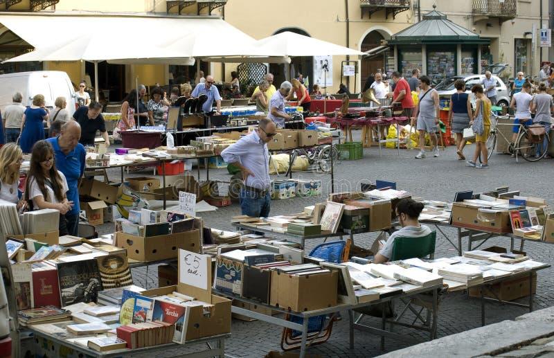 O comprador vê o livro em um fim de semana justo antigo em Rimini foto de stock