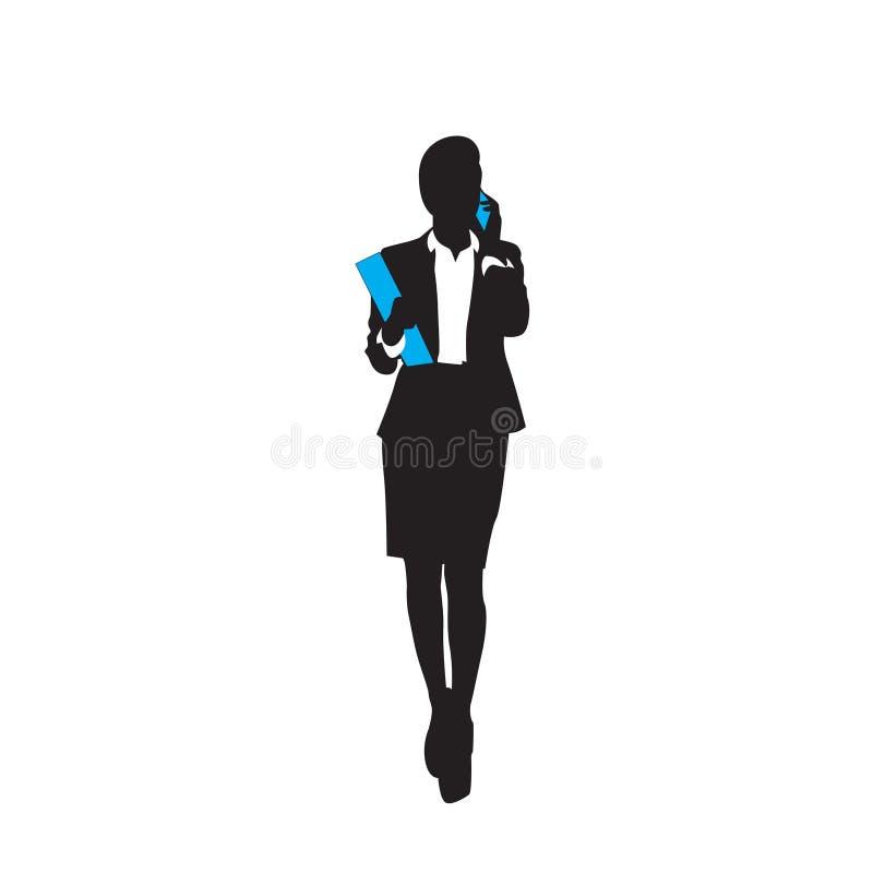 O comprimento completo da silhueta do preto da mulher de negócio fala o telefonema esperto da pilha sobre o fundo branco ilustração royalty free