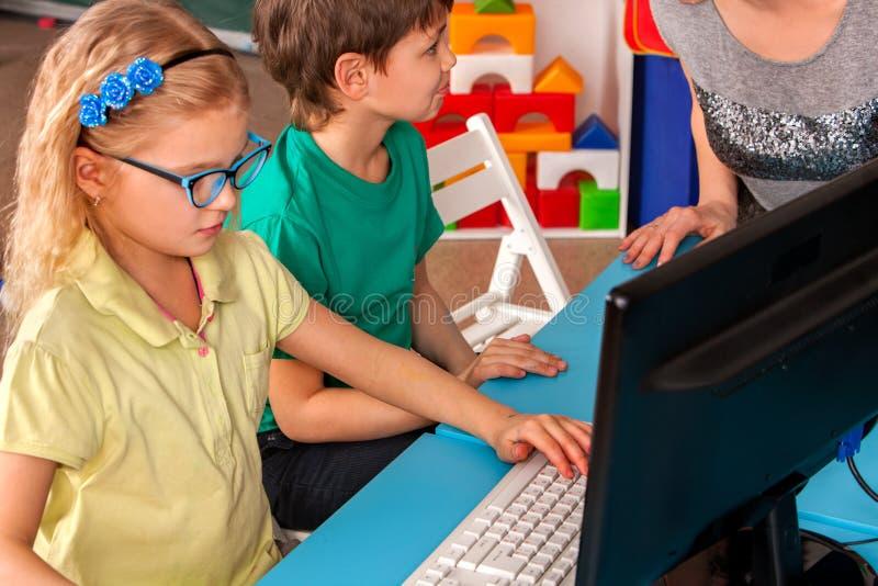 O computador das crianças classifica-nos para a educação e o jogo de vídeo foto de stock