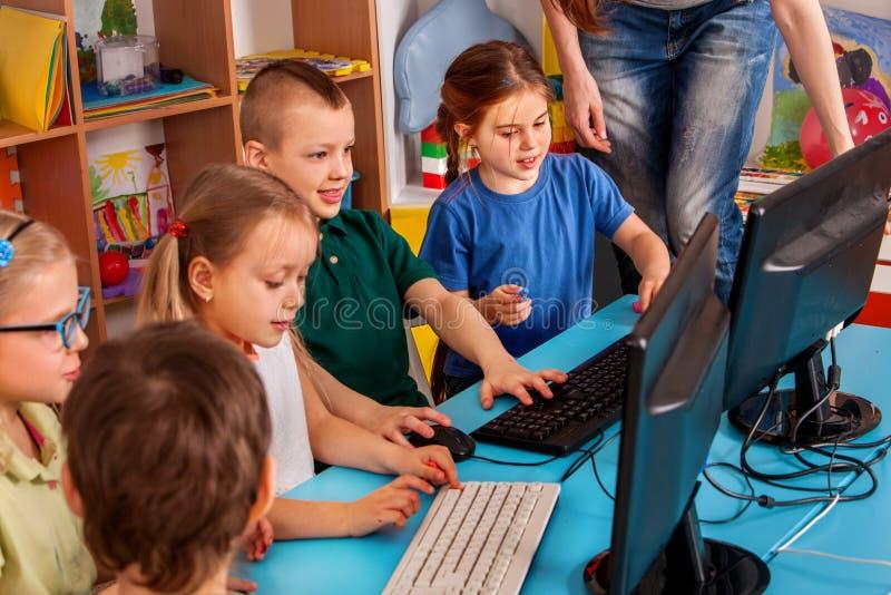 O computador das crianças classifica-nos para a educação e o jogo de vídeo fotografia de stock royalty free