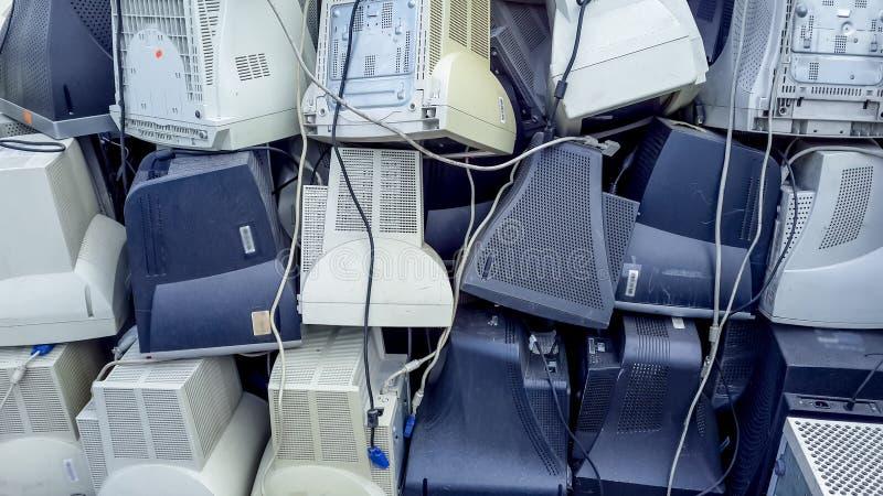 O computador monitora pronto para ser recicl. fotos de stock