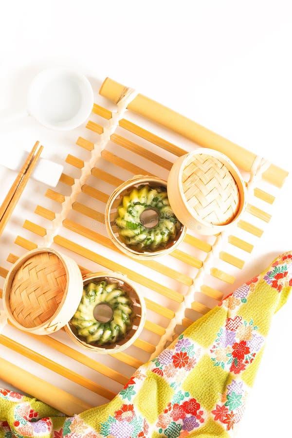 O conceito asiático Dim Sum caseiro do alimento cozinhou bolinhas de massa do cebolinho de alho na cesta de bambu do navio de Dim imagem de stock royalty free