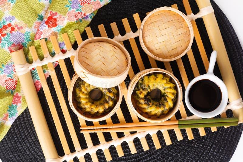 O conceito asiático Dim Sum caseiro do alimento fritou bolinhas de massa cozinhadas do cebolinho de alho na cesta de bambu do nav foto de stock