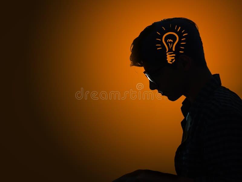 O conceito brilhante da ideia com ampola e homem ilustração do vetor