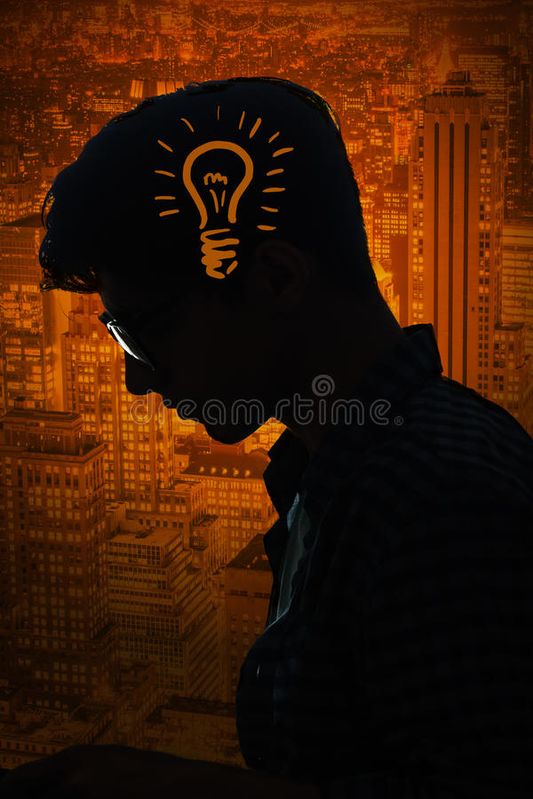 O conceito brilhante da ideia com ampola e homem foto de stock