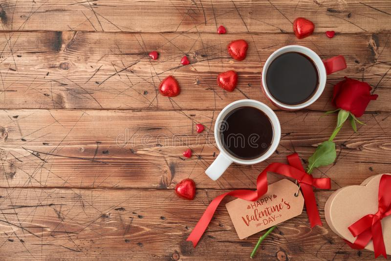O conceito com copos de café, chocolate do dia de Valentim da forma do coração, aumentou flor e caixa de presente fotos de stock
