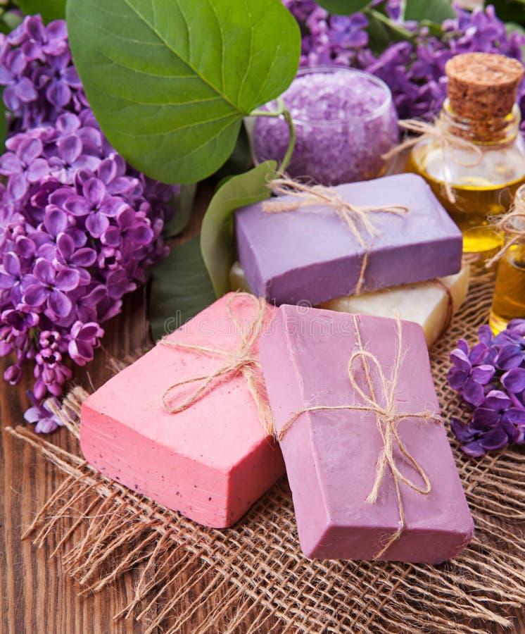 O conceito da aromaterapia - sabão e flores fotografia de stock