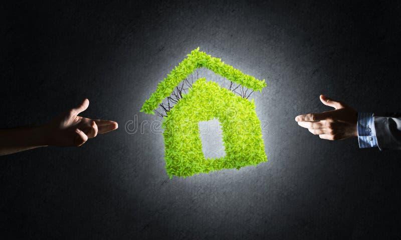 O conceito da arquitetura do eco apresentou pela casa verde no fundo escuro fotografia de stock royalty free