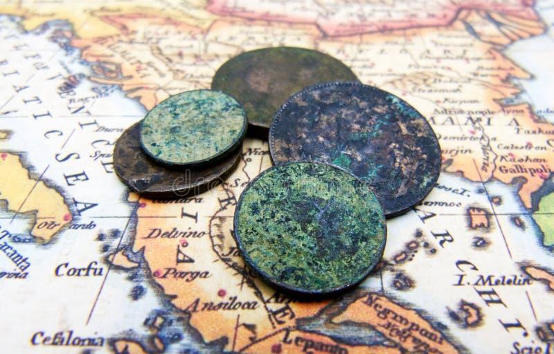 O conceito da aventura e do curso Mapa geográfico, moeda velha Vista superior fotos de stock