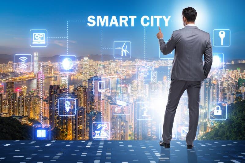O conceito da cidade esperta com o homem de negócios que pressiona botões foto de stock royalty free