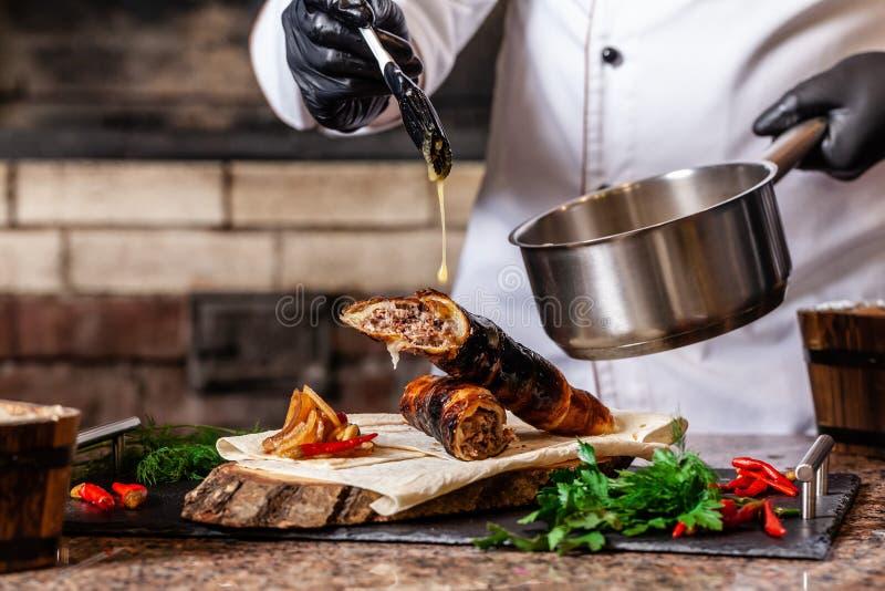 O conceito da culinária Georgian Receita para cozinhar o no espeto do lyulya da carne na massa na grade O cozinheiro chefe põe a  fotos de stock royalty free