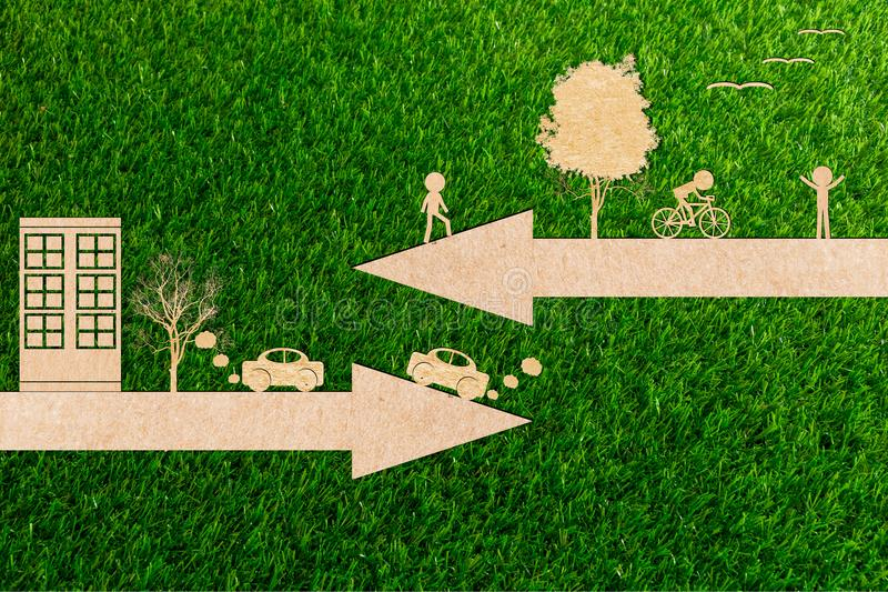 O conceito da ecologia vai bicicletas verdes da energia limpa do ambiente e os carros estão poluindo imagens de stock