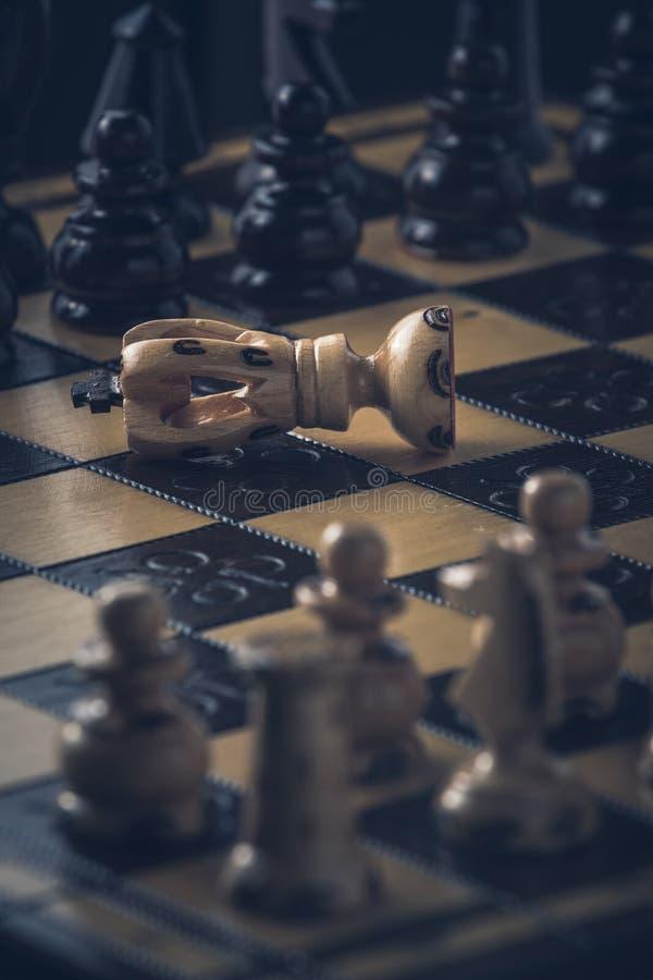 O conceito da estrat?gia da xadrez est? na placa de xadrez foto de stock